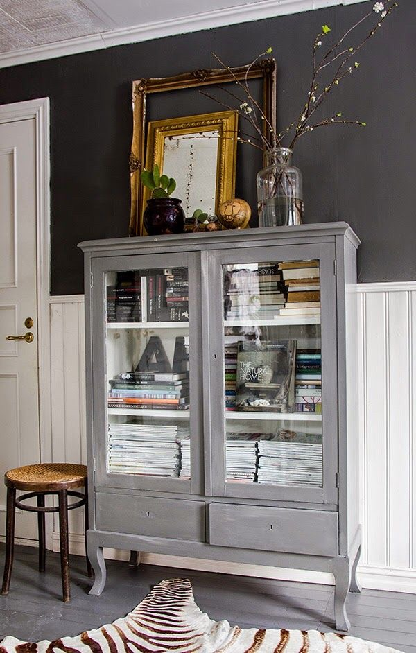 Vintage China cabinet in grey