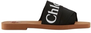 Chloé's Woody sandals are casually stylish. The leather sole is crossed by three straps adorned with the logo.